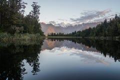 Paesaggio della natura del lago mirror del lago Matheson con la vista di tramonto di riflessione immagine stock libera da diritti
