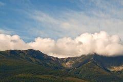 Paesaggio della natura della montagna e delle nubi Fotografia Stock