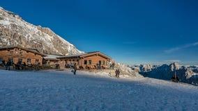 Paesaggio della neve della Camera del cottage con Mountain View immagini stock libere da diritti