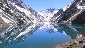 Paesaggio della neve della montagna e laguna a Santiago, Cile Immagine Stock