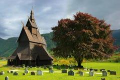 Paesaggio della Norvegia di autunno con stavkirke immagini stock libere da diritti