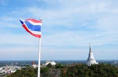 Paesaggio della pagoda con la bandiera nella parte anteriore Fotografia Stock