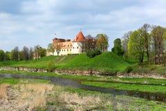 Paesaggio della primavera con il vecchio castello, Bauska - Lettonia Fotografia Stock