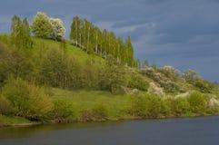 Paesaggio della primavera contro il fondo della nuvola temporalesca Fotografia Stock