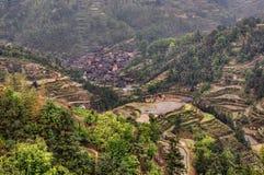 Paesaggio della primavera della Cina sudoccidentale, paesino di montagna in riso Immagini Stock