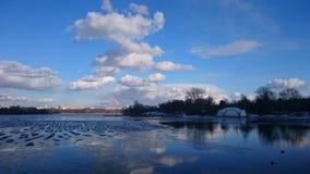 Paesaggio della primavera e vaste estensioni di acqua Fotografie Stock