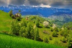 Paesaggio della primavera e villaggio rurale, Pestera, la Transilvania, Romania, Europa Immagini Stock