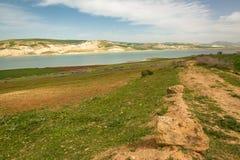 Paesaggio della primavera intorno alla diga Idriss, Marocco Fotografia Stock