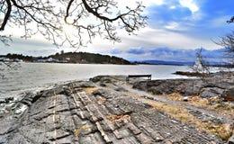 Paesaggio della primavera osservato dall'isola di Hovedoya nel fiordo Norvegia, 2017 di Oslo fotografia stock libera da diritti