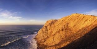 Paesaggio della scogliera di Espichel del capo sull'indicatore luminoso di tramonto Fotografia Stock