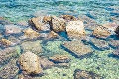 Paesaggio della Sicilia, spiaggia rocciosa dell'isola di Ortygia Ortigia, Siracusa, Italia fotografia stock libera da diritti