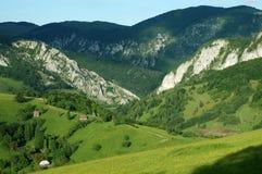 Paesaggio della sorgente nelle montagne fotografia stock