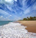 Paesaggio della spiaggia con i pescatori in India Fotografia Stock