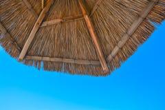 Paesaggio della spiaggia con il cielo e l'ombrello immagini stock