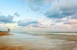 Paesaggio della spiaggia con la torre di legno dell'allerta Fotografie Stock Libere da Diritti