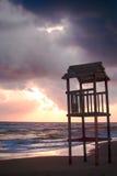 Paesaggio della spiaggia con la torre di legno dell'allerta Fotografie Stock