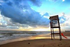 Paesaggio della spiaggia con la torre di legno dell'allerta Fotografia Stock
