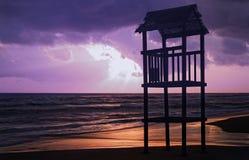 Paesaggio della spiaggia con la torre di legno dell'allerta Fotografia Stock Libera da Diritti