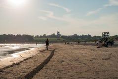 Paesaggio della spiaggia con le onde e la sabbia Fotografie Stock