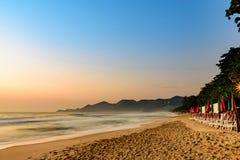 Paesaggio della spiaggia di ChawengBeach nell'isola di Samui, del sud della Tailandia fotografie stock libere da diritti