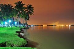 Paesaggio della spiaggia entro la notte Immagini Stock