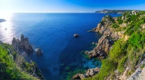 Paesaggio della spiaggia famosa di Paleokastritsa in baia vicina con cryst immagini stock libere da diritti