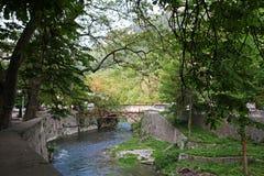 Paesaggio della sponda del fiume di Cerna in Herculane, Romania Fotografia Stock Libera da Diritti