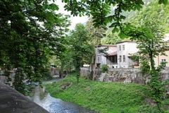 Paesaggio della sponda del fiume di Cerna in Herculane, Romania Fotografia Stock