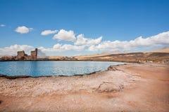 Paesaggio della sporcizia con il lago della montagna sotto le nuvole bianche in Medio Oriente fotografie stock libere da diritti