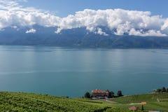 Paesaggio della Svizzera vicino al lago Lemano con una barca Immagine Stock