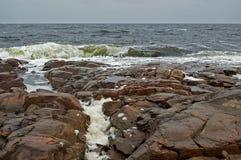 Paesaggio della tempesta del mare bianco con le pietre Immagine Stock