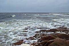 Paesaggio della tempesta del mare bianco con le pietre Immagini Stock
