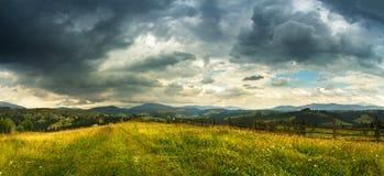 Paesaggio della tempesta della montagna Cielo nuvoloso drammatico Pioggia di estate Fotografia Stock Libera da Diritti
