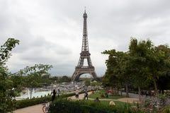 Paesaggio della torre Eiffel in un giorno nuvoloso immagini stock libere da diritti
