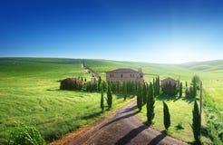 Paesaggio della Toscana con la casa tipica dell'azienda agricola Immagine Stock