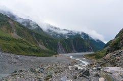 Paesaggio della valle del ghiacciaio di Fox con le nuvole basse fotografia stock