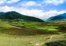Paesaggio della valle di Phobjikha della montagna, Himalaya del Bhutan Fotografie Stock Libere da Diritti