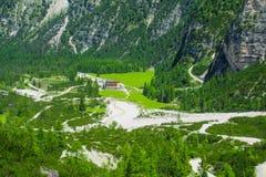 Paesaggio della valle verde della montagna delle alpi Immagine Stock