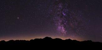 Paesaggio della Via Lattea nelle alpi svizzere fotografia stock libera da diritti
