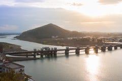 Paesaggio della vista della città di inuyama con il fiume di kiso e della montagna alla s Fotografia Stock