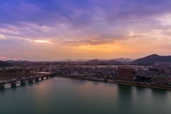 Paesaggio della vista della città di inuyama con il fiume di kiso e della montagna alla s Fotografie Stock