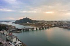 Paesaggio della vista della città di inuyama con il fiume di kiso e della montagna alla s Fotografia Stock Libera da Diritti