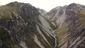 Paesaggio della vista di panorama della montagna della neve dalla finestra dell'elicottero in Nuova Zelanda video d archivio