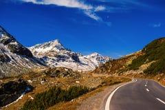 Paesaggio delle alpi e della foresta svizzere del parco nazionale in Svizzera Alpi della Svizzera sull'autunno Strada del passagg Immagine Stock Libera da Diritti