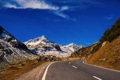 Paesaggio delle alpi e della foresta svizzere del parco nazionale in Svizzera Alpi della Svizzera sull'autunno Strada del passagg Immagini Stock Libere da Diritti