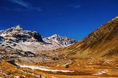 Paesaggio delle alpi e della foresta svizzere del parco nazionale in Svizzera Alpi della Svizzera sull'autunno Strada del passagg Fotografie Stock