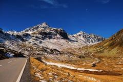 Paesaggio delle alpi e della foresta svizzere del parco nazionale in Svizzera Alpi della Svizzera sull'autunno Strada del passagg Fotografia Stock Libera da Diritti