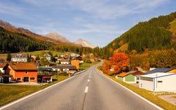 Paesaggio delle alpi e della foresta svizzere del parco nazionale in Svizzera Alpi della Svizzera sull'autunno Villaggio in Parc  Immagini Stock