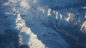 Paesaggio delle alpi in Europa durante la stagione invernale con neve fresca dalla finestra dell'aeroplano Fotografia Stock