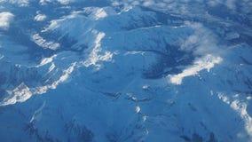 Paesaggio delle alpi in Europa durante la stagione invernale con neve fresca dalla finestra dell'aeroplano Immagini Stock
